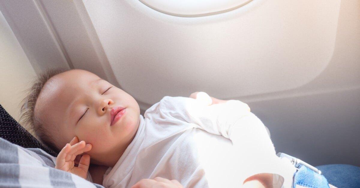 4 Hal yang Perlu Diperhatikan Kalau Ajak Bayi Naik Pesawat