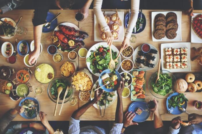 5 Tips Makan Sehat agar Tak Kekenyangan Saat Buka Puasa