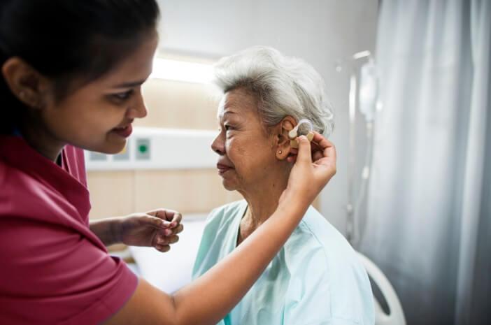 Alasan Lansia Sering Kena Gangguan Pendengaran