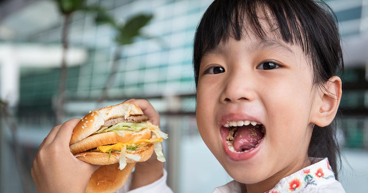 anak-lebih-suka-makan-fast-food-ibu-harus-apa-halodoc