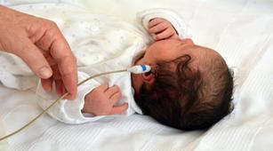 bagian-telinga-bayi-yang-diperiksa-saat-otoacoustic-emissions-oae-halodoc
