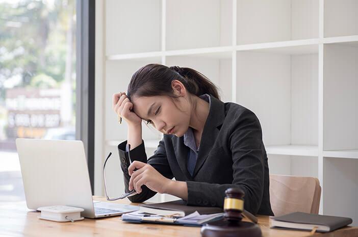Bahaya Sakit Kepala karena Stres Bekerja