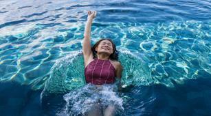 Benarkah Berenang Memakai Lensa Kontak Berisiko Terkena Uveitis?