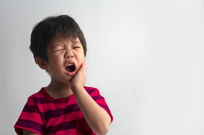 benarkah-tumbuh-gigi-bisa-sebabkan-demam-pada-anak-halodoc