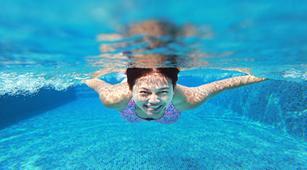 Berenang di Kolam Renang Tingkatkan Risiko Panu?