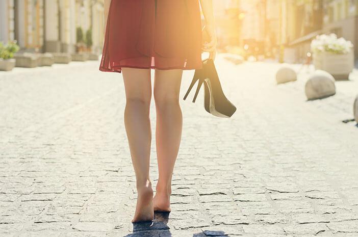 Berjalan Tanpa Alas Kaki Lebih Menyehatkan, Benarkah?
