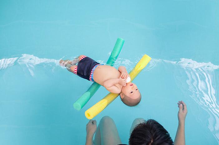Ibu, Begini Tips Pilih Kolam Renang yang Aman untuk Bayi