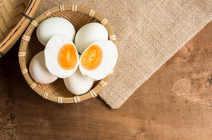 Kebiasaan Makan Telur Asin Sebabkan Kelebihan Garam
