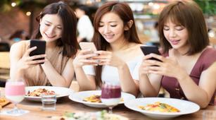 Kecanduan Ponsel, Perempuan Lebih Rentan Nyeri Leher