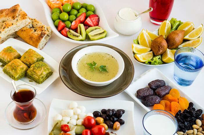 Es Buah atau Nasi Putih yang Lebih Banyak Mengandung Kalori