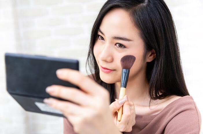 Mata Terasa Kering saat Memakai Makeup, Apa Penyebabnya?