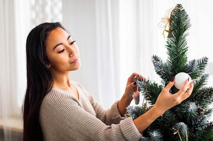 memasang-pohon-natal-bisa-sehatkan-persendian-halodoc