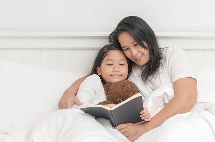 Mendongengkan Bayi Sebelum Tidur, Ini Manfaatnya