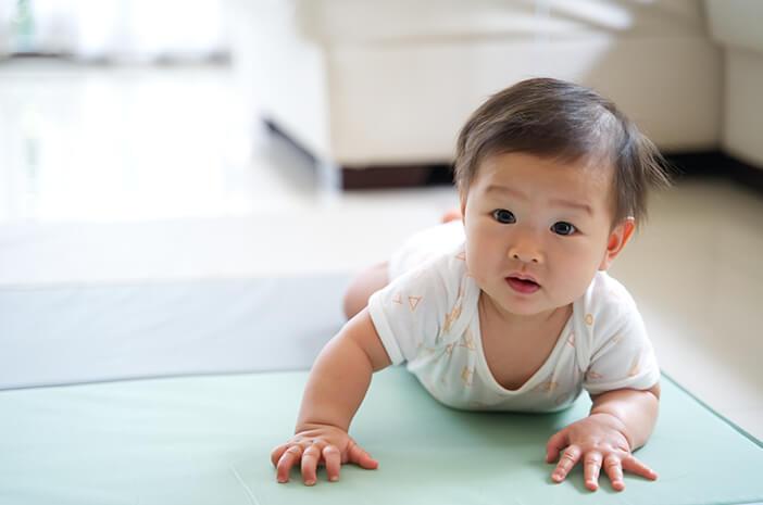 Mulai Merangkak, Ini Perkembangan Bayi 7 Bulan