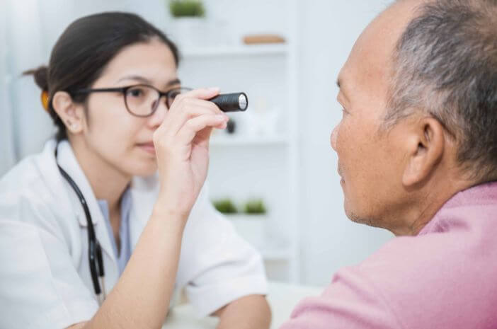Operasi Keratoplasti Bisa Atasi Penyakit Mata Presbiopi, Benarkah?