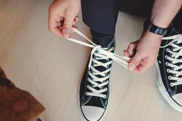 Pakai Sepatu Basah Bisa Sebabkan Kutu Air