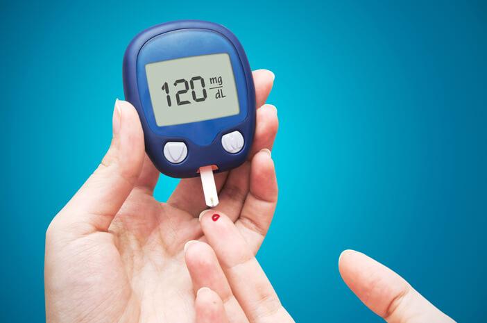 perlukah-pengidap-diabetes-cek-gula-darah-saat-puasa-halodoc