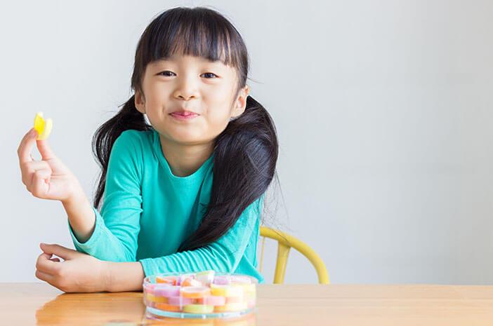 Permen dan Coklat Buat Gigi Anak Berlubang?
