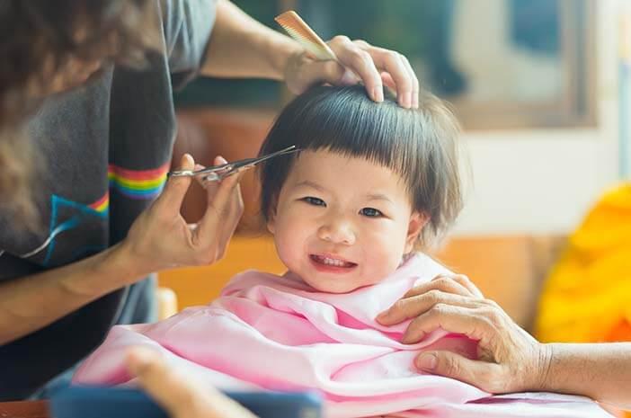 Potong Rambut Pertama Kali, Ini Tips Agar Anak Tidak Rewel