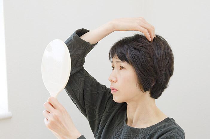 7 Kebiasaan yang Menyebabkan Rambut Alami Penuaan Dini